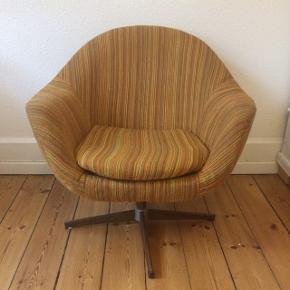 Fed vintage lænestol. 60'er retrodesign.  Brugt. Lidt slidt på armlænet. Har en lille plet, som ses på billedet. Men fejler intet.