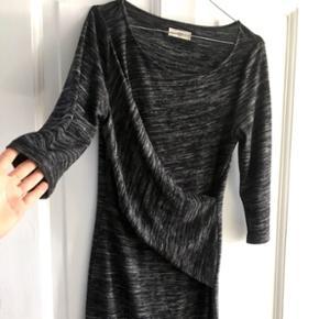 Virkelig pæn kjole fra Envii i str. M med draperingsdetaljer ved brystet 😊