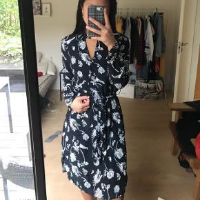 Smuk kjole fra just female med aftageligt bindebånd i taljen. Ny pris var 800kr #blackfriday