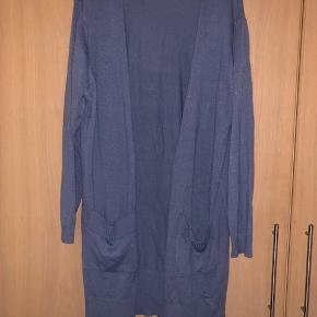 Lækker lang strikcardigan i støvet blå  Byd :-)