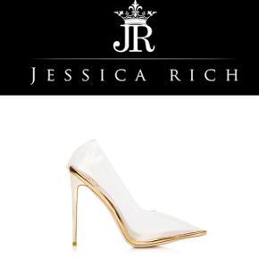 Sælger disse fine FANCY STILETTO fra Jessica Rich kollektion 2018. De er købt i sommers men aldrig brugt. De er købt fra hjemmesiden. Deres butik ligger i beverly hills - USA.  Mange af de kendte har dem i deres sko skab blandt andet Kim Kardashian.  Skoene er håndlavet som beskrevet på en af billederne. Sko kasse tilhøre med😊  Normal pris med forsendelse var $242 dvs. 1600kr Bytter ikke