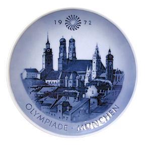 Royal Copenhagen Olympiadeplatte 1972. Platten er designet af Sven Vestergaard og udgivet i anledning af De Olympiske Lege i München i 1972.  Porto 37 kr