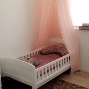 Oprydning salg: Pige sengehimmel i cotton candy sart lyserød/lakse farve. Egnet til tremmeseng, junior seng eller en hyggekrog.