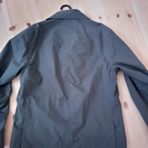 Let jakke, håndlavet i England. 100 % Bomuld. Jakken er en skjorte jakke, så en skjorte der er lavet til yder påklædning og at modstå regn og vind. Købt i 2020.  Str. 3 svarer til en normal small   For at se mere fra mærket: https://www.privatewhitevc.com/  Sendes med posten med det samme ⚡