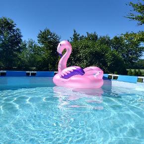 Swimmingpool. 26000 L Diameter 5,4 m Højde 1,2 m Er lappet i bunden, men det holder tæt. Sælges med stige, men uden pumpe og filter.