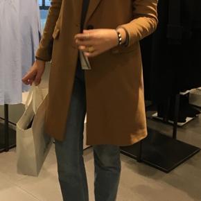 """Sælger denne mega flotte frakke fra Zara. Sælges da jeg desværre ikke får den brugt mere.. standen er sat til """"god men brugt"""" da den er brugt en vinter. Dog er standen enormt god eftersom der intet slid eller andre brugstegn er. Skriv gerne for flere billeder og Byd også gerne:)"""