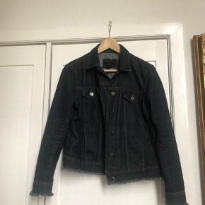 Sælger denne demin jakke fra massimo dutti, den er købt inde i deres butik i Alicante for nogle år tilbage.  Den passer en small - lille medium Mp 300