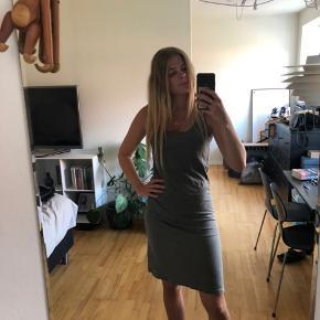 En rigtig fin men og brugt kjole fra Rabens Saloner. Kjolen er ikke i stykker eller noget, men bærer præg af at være vasket :) men det er stadigvæk en lækker kjole, med et råt look ;)  Er åben for bud