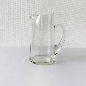 Baltica kande i klart glas designet af Per Lütken for Holmegaard glasværk ca. 1959. Kanden har cylindrisk korpus, let konisk med lille hældetud/istud der holder isklumper tilbage, påsat hank og flad bund. Højde: 20 cm Volumen: 1 liter