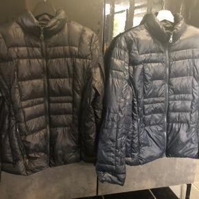 2 flotte dun jakker fra ETAGE 1 sort 1 mørkeblå ny pris pr str 1000kr begge står der str 44 i men er lille i str   Den sorte har en syning på ærmet som er gået af  derfor kun 300kr   Den blå 400kr