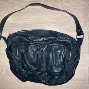 Nunoo mia taske 💫💫   Får ikke brugt min flotte taske længere, derfor sælger jeg den. Den har tegn på slid ved lynlåsene, men er ellers stadig god. Har begge remme :)  Der kan lige præcis klemmes en 13' computer ned i den 😊 og den er generelt meget rummelig, med en god størrelse.