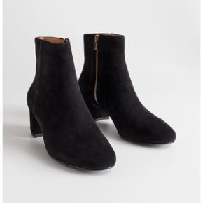Støvlerne er brugte, men stadig i god stand.   Fåes stadig online til 950 kr.  150 ,- v. afhentning / forsendelse, på købers regning.