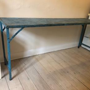 Råt metalbord med patina i flot blå / petroliumsblå farve.  Længde 183 cm, bredde/dybde 40cm, højde 76 cm. Købt i antik forretning for 1500kr.
