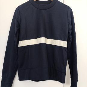 Wood Wood sweatshirt i mørkeblå med hvid stribe. Str small. Sidder super flot på!