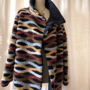 Utrolig smuk og varm jakke. Vendbar. Passer en dk 40 eller lille 42. Pris 1000 pp. Nypris 5000. Fin stand.