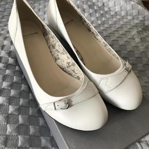 Varetype: Heels Farve: Hvid  Rigtig fin sko, brugt i max 2 timer, da min datter skiftede hurtigt over til converse.  Hælen er ca 4 cm.  Fra ikke rygerhjem
