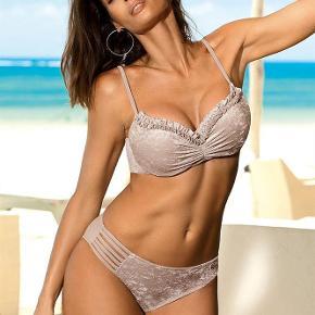 Brand: Egen import Varetype: Fantastisk flot og unik bikini Størrelse: 40 og 42 Farve: se foto  Få en fantastisk flot bikini som du med garanti ikke ser andre i.  Super god kvalitet og meget velsiddende.