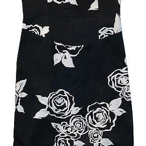 Sød lille kjole i str 8, brugt nogle gange og i fin stand.  Kjolen er i 97% bomuld og 3% elestan.