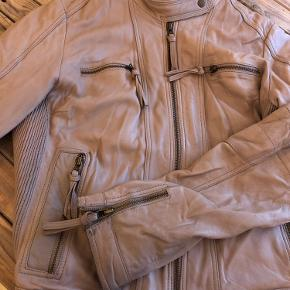 Læderjakke fra Saint tropez, flot beige. Har ikke mærke i om det er ægte el kunstlæder, men nypris var 800kr
