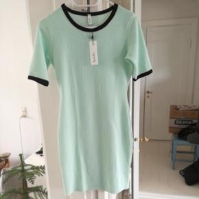 Pastel grøn sommer kjole med sorte kanter fra Sparks. Str. S/M Aldrig brugt
