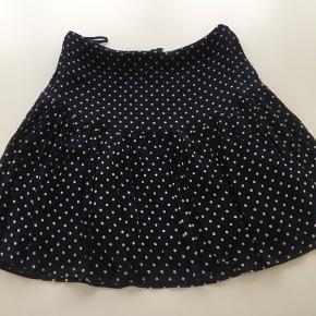Custommade nederdel - mørkeblå med hvide dots  Der er lidt fejl i nogle tråde - men ingen huller  Se billeder