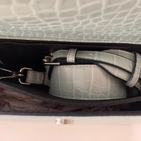 Helt ny og ubrugt taske fra Hvisk, købt i Bahne. Den står stadig som, da jeg købte den. Skulderstroppen har ikke været taget op og silkepapiret er fortsat i. Virkelig flot taske med to gode rum.