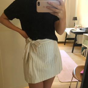 Fin nederdel fra ASOS i str 36. Brugt meget få gange, aå i næsten som ny stand.