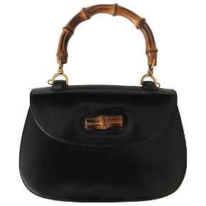 Smuk gucci taske!   Vintage Gucci Bamboo i sort læder. har nogen små skræmmer bagpå ( se billede) men er ellers helt perfekt. har ingen skulder strop men hank - købt på vestiare og har stadig tags på autencitet
