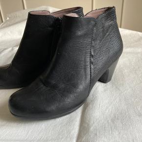 Smukke støvler fra Wonders. :)  Man går super godt i dem.  Brugt få gange (se billede). Jeg bytter ikke. MP 600 kr.