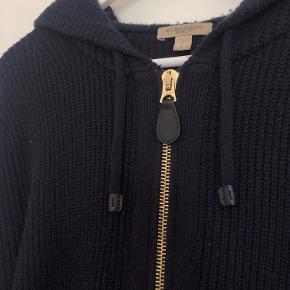 Super lækker sweater/cardigan. 70% uld - 30% cashmere Sælges udelukkende da jeg ikke får den brugt. Flotte checkered detaljer på ærmer og ryg.  Læder på lynlås og snore.  Nypris: 4200 Bemærk: det er en str. S, men fitter en M