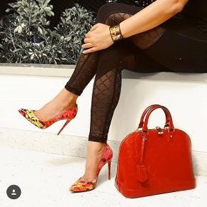 Louis Vuitton  Alma MM Måler 32x25 cm  Lækker taske med plads til meget ..  rigtig smuk dame taske.  Sælges fordi samler op til andet  Velholdt taske  Kvittering følger med og dustbag  Tasken er røn monogram i læderet lakering  Np 14.500 kr idag   Prisen er rimelig fast!