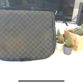 Louis Vuitton messenger bag.  God til skole, med plads til computer, bøger osv osv.  Har kvittering dertil.