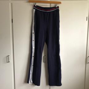 Fede behagelige bukser fra Gestuz  Navy med hvid stribe i siden med guldknapper, man selv kan vælge om skal åbnes ved bunden, hvis man ønsker en flagrende effekt  Str. L - dog svarer denne til en str. M  I god stand    #30dayssellout