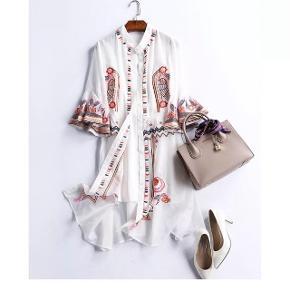 Flot broderet kjole i silke og bomuld. Farve: Hvid, lyserød, blå, orange og gul. Den er let og meget behagelig, at have på.