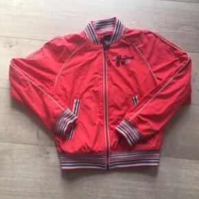 Cool retro rød Diesel jakke. Med stribede kanter. Str. M. Brugt, men i god stand. Nypris 1000,-