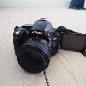 Jeg sælger mit Nikon D5100 samt to objektiver (18-55 mm og 50 mm) og to kameratasker.   Kameraet har en flipskærm, som gør det ideelt at tage billeder fra mange vinkler.   Det har problemer med autofokus, men manuelt fokus fungerer helt fint - derfor den billige pris. Begge objektiver er som nye.   Kvittering haves. Kom med et bud.