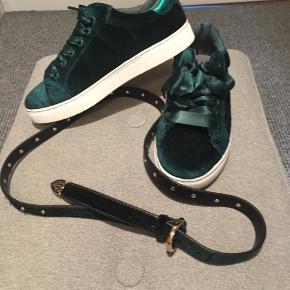 Super fede sneakers fra Sofie schnoor. De er i grøn velour, og i prisen får man et matchende bælte i grøn velour med, fra samme designer😊 bæltet er aldrig brugt, og skoene kun brugt en gang til en fotografering. Nypris for begge dele 1050kr. Sælger dem for 350kr plus dao😊