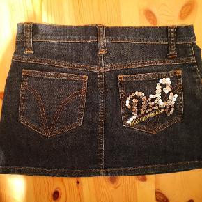 Dolce Gabbana denim jeans mini nederdel. Str 22/34-36. Talje 71 cm, længde næsten 30 cm.