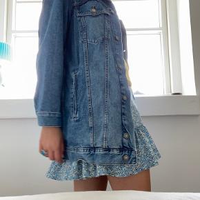Lidt brugt H&M jakke sælges, den er i str 44 med 4 rigtige lommer foran og 2 lommer inden i  Sammen med Only nederdel og bluse som også sælges, hvis interreseret så er du mere end velkommen til at skrive:)