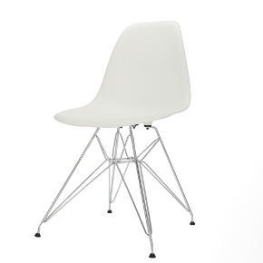 4x hvide spisebordsstole med stålben. Fremstår næsten som nye og med ingen tegn på slitage.