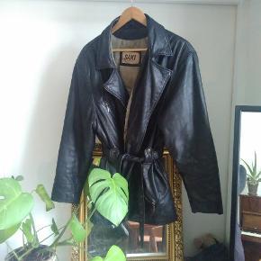 Meget velholdt vintage læderjakke, alt efter hvor oversize man vil have den passer den alle størrelser. Jeg er selv en small/medium og 167 cm.  Kom gerne med bud.