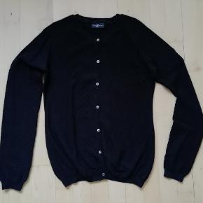 Mærke: Stylebutler  Sort cardigan fra Style Butler Str. L Blød trøje med strikket mønster  Strik Striktrøje  Fra nakken og ned: 64 cm. Fra armhule til armhule: 50 cm. og kan strækkes