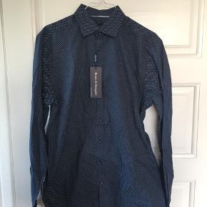 Skjorte i str. M. Aldrig brugt, stadig med original mærke på. Nypris: 400kr