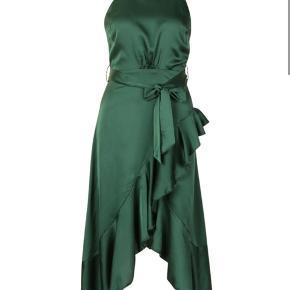 Super fin kjole fra Boohoo, som aldrig er blevet brugt. Den sælges grundet af, at den er for lille rundt om brystet.  Kjolen er i farven emerald (grøn), så billedet af den blå kjole er kun tilføjet, så man kan se kjolen bagved!