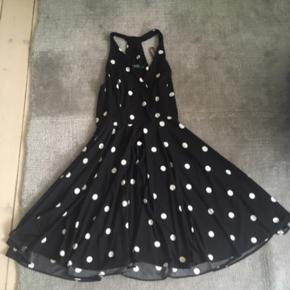Ralph Lauren-kjole i str. 2.  Sælges, da den er for stor. (Og af den grund kun brugt én gang)   Bemærk, at kjolen ikke har noget bælte, men at det er muligt at stramme den i livet med et.   BYD GERNE