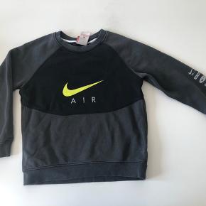 Nike bluse str 122-128(6-8 år) Fin stand. 50 kr + porto