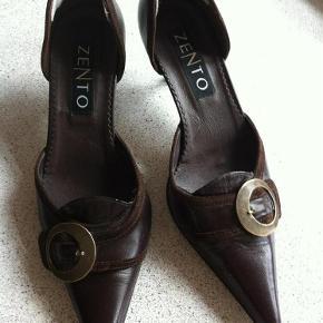 Varetype: Super flotte sko Farve: Mørk brun  Super seje sko - helt nye og aldrig brugte. Jeg har dog sat ruskinds-hælkap indvendig i hælen, så sidder de bedre fast på foden, - det kan dog tages ud, hvis man ikke ønsker det. Der står str. 41 i dem, - men de svarer kun til en str. 40. Jeg kom bare aldrig i gang med at bruge dem.....