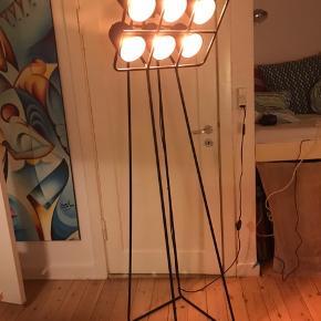 Multilamp fra Seletti. Gulvlampe med 6 lampetter.    Højde: 180 cm Bredde foroven: 52 cm  Bredde forneden: 39 cm Dybde forneden: 47 cm