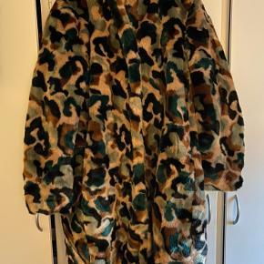 Helt ny og meget lækker pelsfrakke Lidt stor i størrelsen   BYD gerne