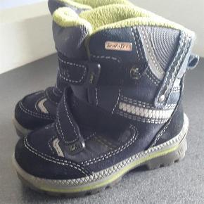 Varetype: Vinter støvler Farve: mørke blå Oprindelig købspris: 599 kr.  Næsten nye støvler. Brugt nogle få gange sidste vinter, så i meget pæn stand. Helt som nye. Fra røg og dyrefrit hjem. Byd 😀